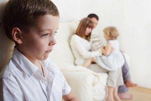 Junge eifersuechtig Eltern Schwester