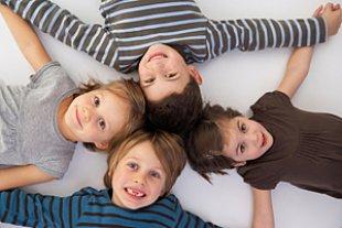 Gruppe Kinder Liegend