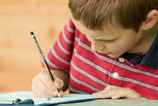 Junge Hausaufgaben