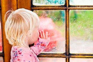Kleines Maedchen Fenster Regen