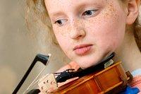 Maedchen spielt Geige