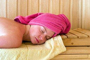 Frau liegend Sauna
