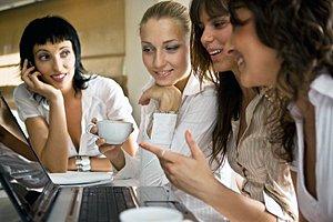 Freundinnen Kaffee Laptop