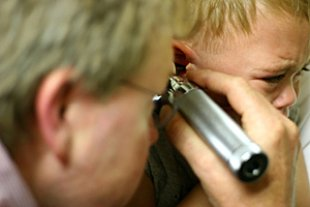 Junge Arzt Ohrenuntersuchung