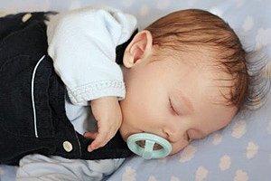 Baby Junge schlafend