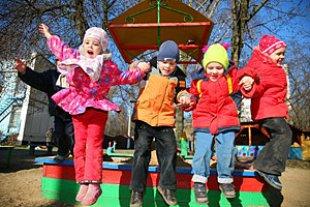 Kindergarten Kinder springen Spielplatz