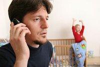 ueberforderter Vater am Telefon