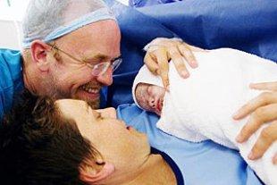 Kaiserschnitt Baby Eltern gluecklich