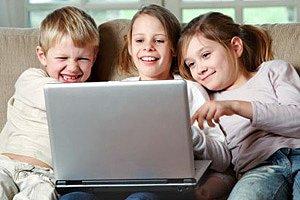 drei Kinder Sofa Computer