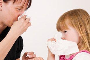 Mutter Tochter Naseputzen