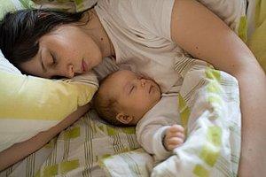 Mutter Baby schlafen Wochenbett