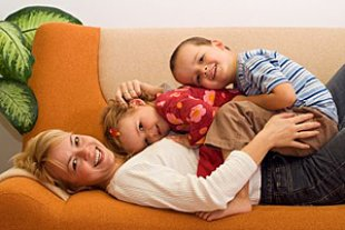 Mutter gluecklich Kinder Couch