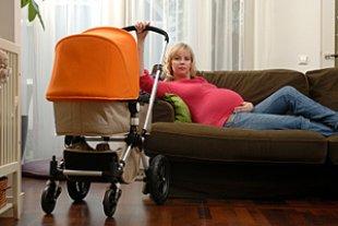 Schwangere Sofa Kinderwagen im Wohnzimmer
