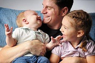 Vater Kinder gluecklich iStock ArtisticCaptures