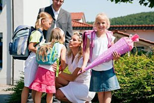 Eltern Kinder erster Schultag iStock Kzenon