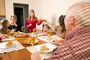 Familie Grosseltern Essen am Tisch