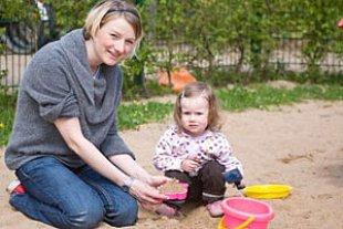 Kind Mutter Sandkasten iStock SaschaD