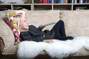 Maedchen Sofa fernsehen