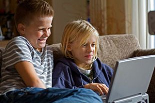 Jungs am Laptop panther J Rueger