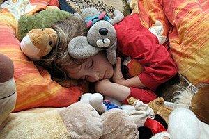 Kind Bett Kuscheltiere