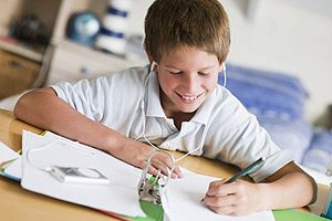 Junge Hausaufgaben Musik