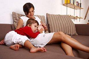 Schwangere Beine Kind Couch