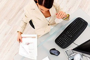Frau am Schreibtisch mit Papieren panther Yuri Arcurs