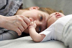 Mutter Baby liegend Hand haltend panther Michael Kempf
