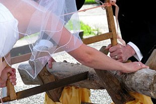 Brautpaar Baumstamm saegen panther Rosemarie Bolecke