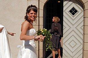 Braut vor Kirche panther Vera Ortmann