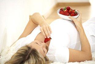 Schwangere liegend Erdbeeren essend panther Hannes Eichinger
