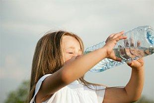 Maedchen trinken Wasserflasche panther Arne Trautmann