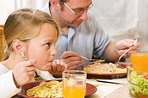 Vater Kind Abendessen