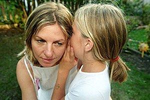 Mutter Tochter fluestern