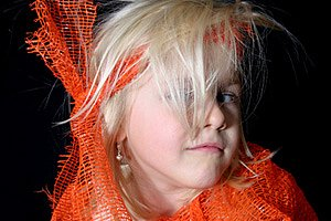 Maedchen verkleidet oranges Band