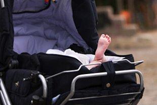 Kinderwagen Babyfuss haengt raus