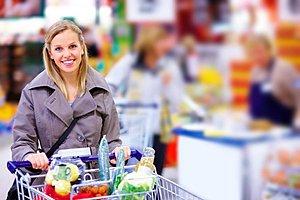 Frau Einkaufswagen Obst Gemuese