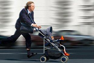 Vater rennt mit Kinderwagen