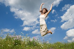 Frau froehlich springt Wiese