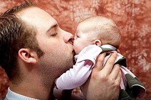 Vater kuesst Baby