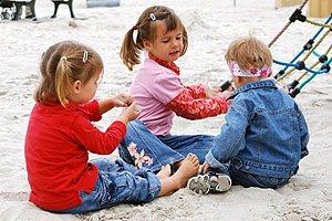 Drei Kinder Spielplatz Sand