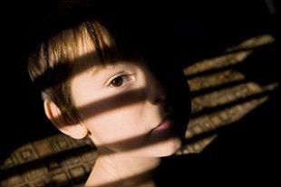 Junge Schatten ueber Gesicht