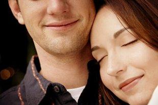 Paar Frau Kopf an seiner Schulter