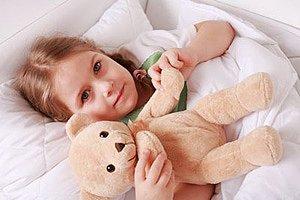 Meadchen Bett Teddybaer