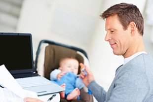 Vater Baby Laptop arbeiten