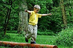 junge balanciert baumstamm - Wahrnehmungsstorungen Beispiele