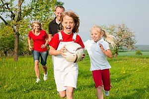 Familie Wiese Ballspielen