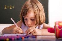 Schulkind Maedchen schreibt