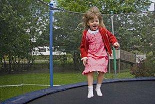Maedchen springt Trampolin