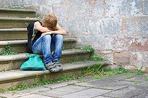 Junge Schulschluss traurig